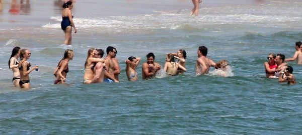 画像: 別荘前の海に繰り出したテイラー軍団。