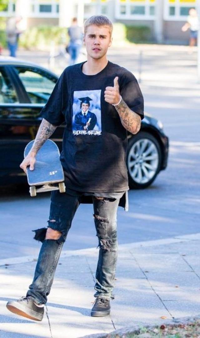 画像: ファニープリントのTシャツを黒でまとめて小粋に