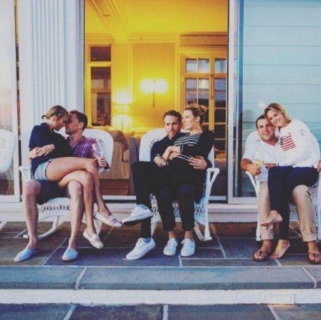 画像: 左端は当時まだ交際中だったテイラーと俳優のトム・ヒドルストン。右端はテイラーの親友カップル。