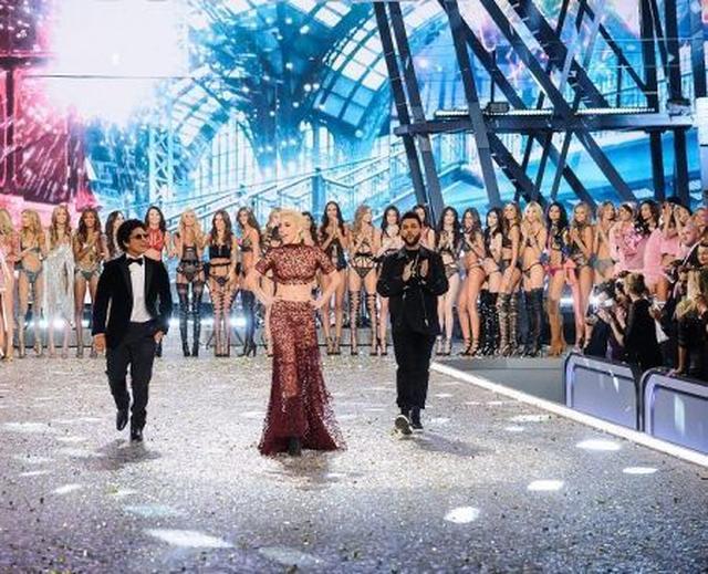 画像: パフォーマーとして出演したシンガーのブルーノ・マーズ、レディー・ガガ、ザ・ウィークエンドもステージに登場。圧巻のショーが幕を閉じた。