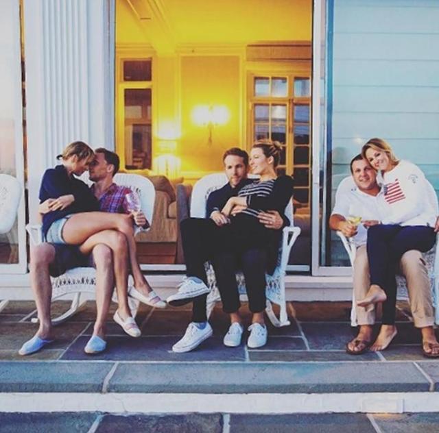 画像: 2016年にはテイラーが別荘で主催した米独立記念日のパーティに夫婦そろって参加していたブレイク&ライアン。テイラーは当時交際中だった俳優のトム・ヒドルストンとラブラブだった。©Taylor Swift/ Instagram