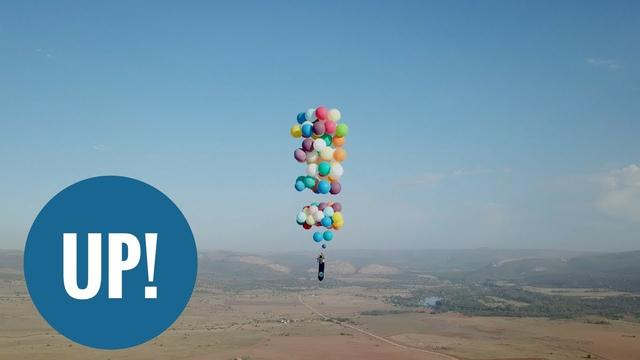 画像: British thrill-seeker flies across South Africa with 100 balloons www.youtube.com