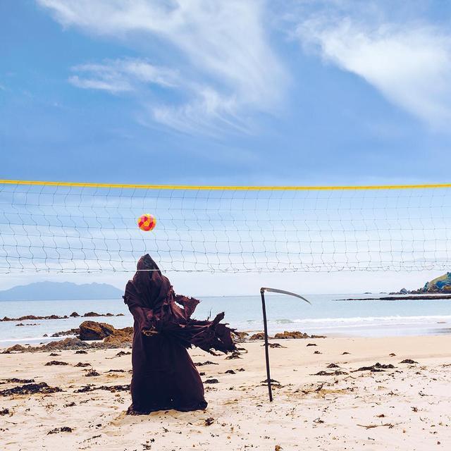 画像: 晴天のなか一人でビーチバレー。