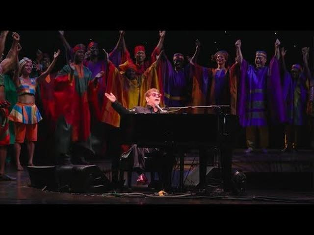 画像: Elton John's Surprise Performance at THE LION KING 20th Anniversary www.youtube.com