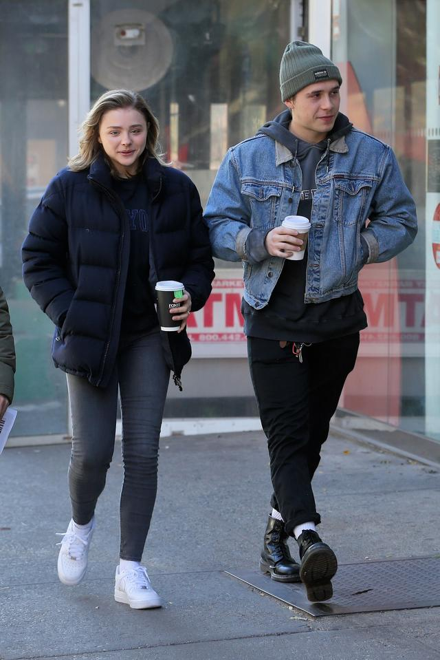 画像: 映画の撮影の合間にブルックリンとコーヒーブレイクに出かけるクロエ。