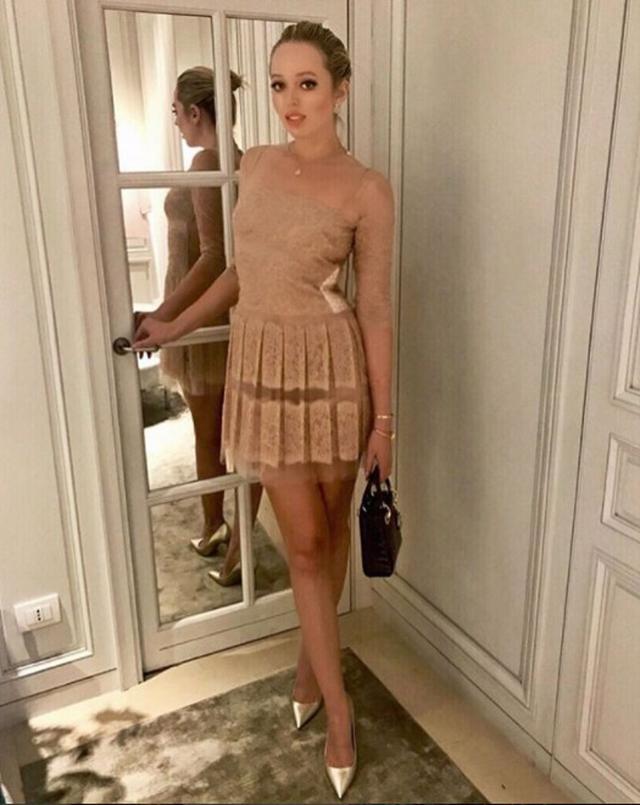 画像: ヌードカラーの透けドレス姿を公開