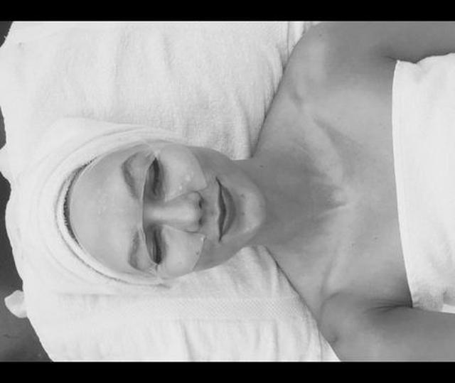 画像: モデルのカーリー・クロスはフェイスマスクでリラックス。