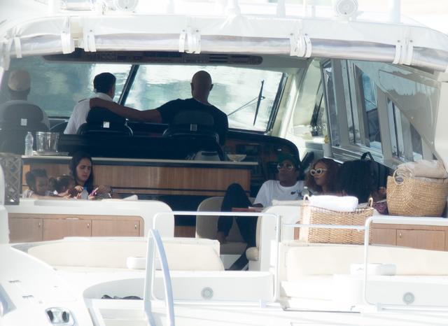 画像: 遊びに夢中なブルー・アイヴィちゃん(左)の隣の席では、ビヨンセ夫妻がぼーっとひと息。