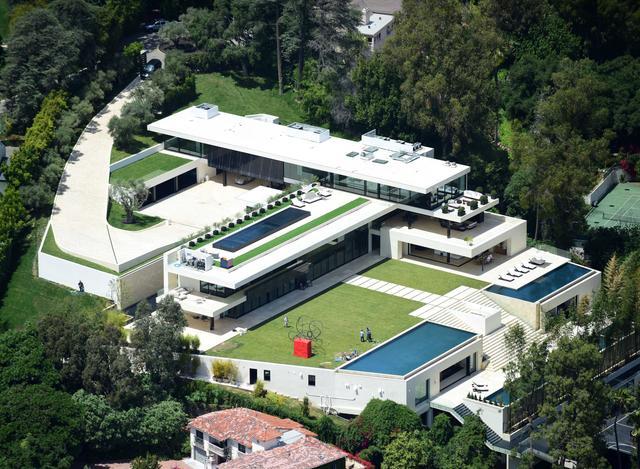 画像: 8月に購入したと噂されているロサンゼルスの新居。窓に防弾ガラスが使われるなど規格外の物件の価格は約100億円。