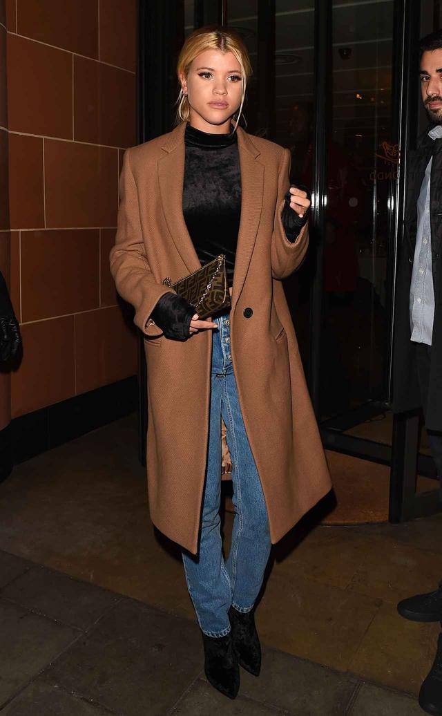 画像1: 2世モデルのソフィア・リッチーが着こなす、大人なデニムスタイルに注目