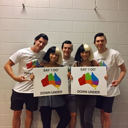 画像: アデレード州出身のシーアは自身のダンサーたちの写真をアップし、「チーム・シーアは結婚の平等な権利が全員にいきわたることを支持します」とコメント。