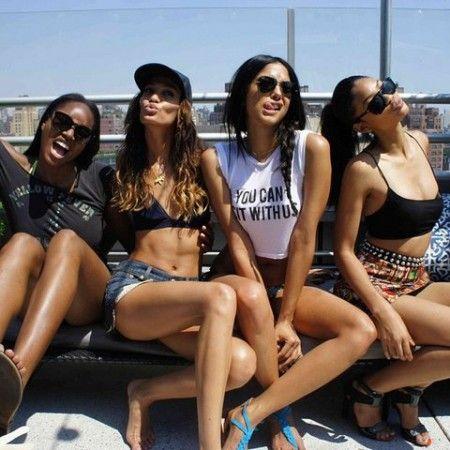 画像: モデルたちが仲が良いのは、女同士で友情を深められるこのラウンジのおかげかも。
