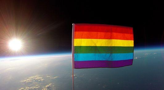 画像: 大気圏外に掲げられたレインボーフラッグ。