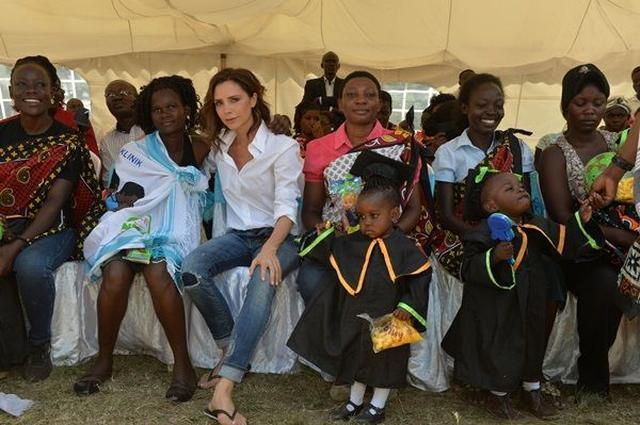 画像: ヴィクトリア・ベッカムと長男ブルックリン、エイズ撲滅を目指しケニアを訪問