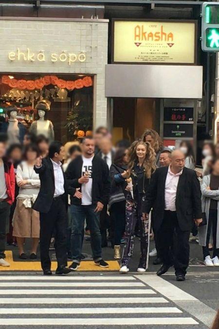 画像: ジジが登場しても、周囲は気づいている様子はなかった。世界各地どこにいってもファンが集まるトップモデルにとっては新鮮だったのでは。
