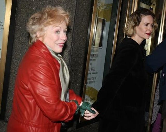 画像: 手をつないでブロードウェイ劇の会場の中へ。