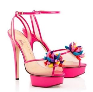 画像: バービー人形の小さい靴をまとめてカラフルなモチーフにした、シューズ・オン・シューズのデザイン。