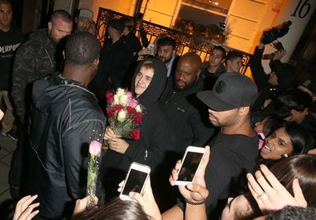 画像5: ジャスティン・ビーバーがファンにサプライズでバラをプレゼント