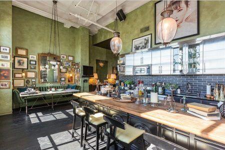 画像: 味のあるウッドカウンターやヴィンテージの間接照明がオシャレなグリーンが基調のキッチン。