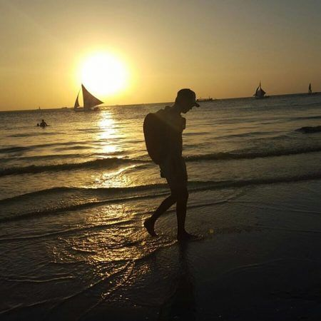 画像: 「ボラカイ島の夕日」というコメントとともにナイルがインスタグラムに投稿した写真。