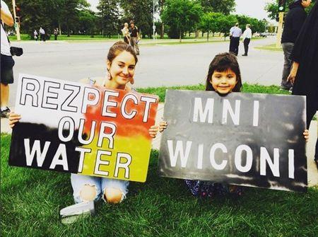 画像: 8月にノースダコタ州のデモ活動にて(左)。