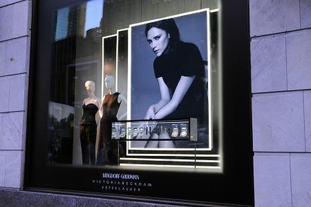 画像: NYのフィフス・アベニューにはヴィクトリアのブランドのウィンドウが