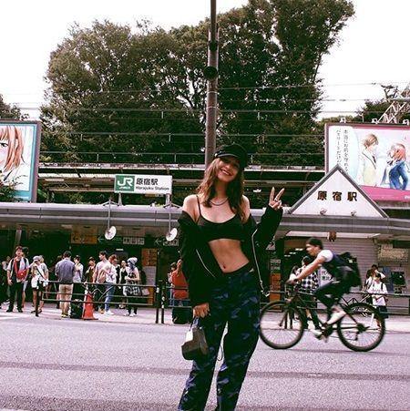 画像: ベラが原宿駅前にて。見事なスタイルと割れた腹筋が似合うスポーティスタイル。
