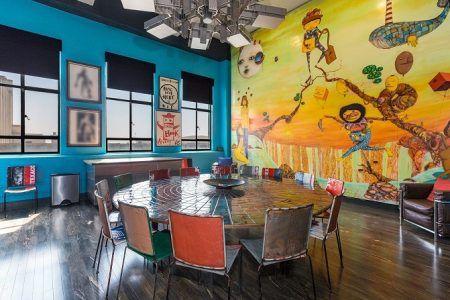 画像: 独特なアートが壁一面に描かれたダイニングルーム。