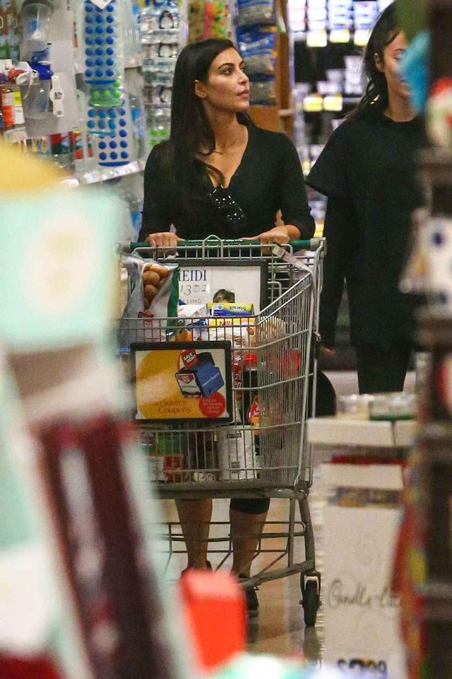 画像: 以前、スーパーで買い物をしているところキャッチされた際のキム。カートにはたくさんの食料品や日用品が。