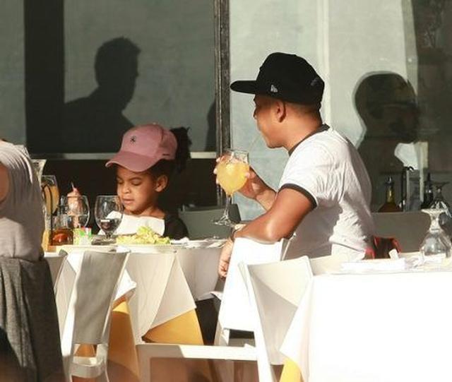 画像: 10月10日、マンハッタンのレストランで食事をするジェイ・Zとブルー・アイヴィ。
