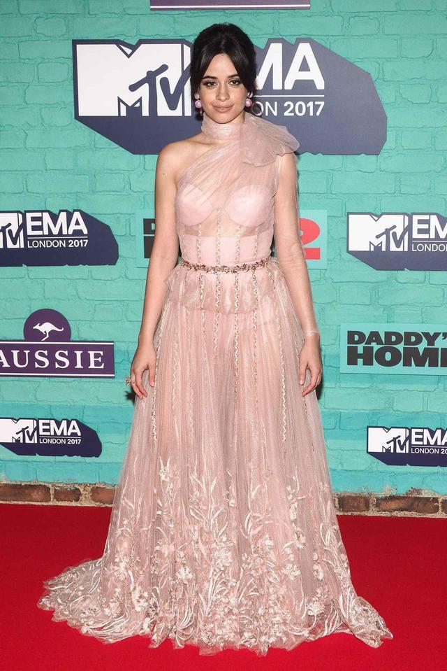 画像: カミラ・カベロに称賛の声!MTV EMAで芸術的なパフォーマンスを披露