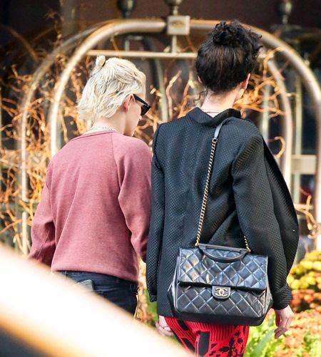 画像: ホテルを出て空港に向かう2人。