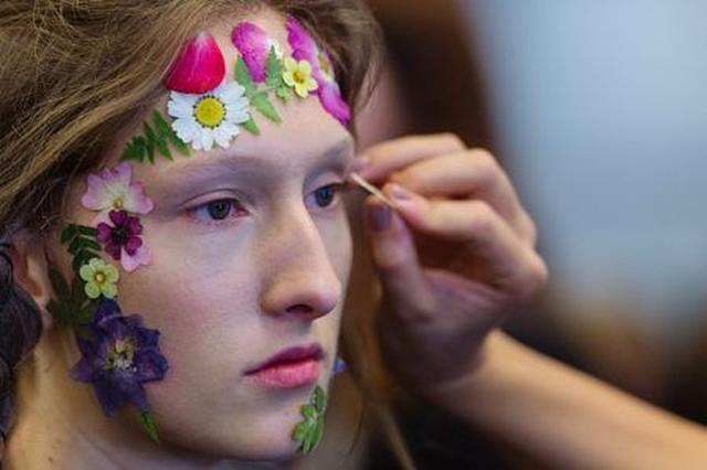 画像9: 日本でもおなじみの「押し花」を取り入れた最新メイクがランウェイに登場して話題に