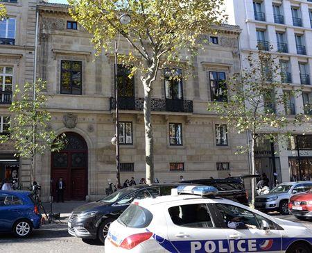 画像: 事件が起きたホテル。警察は室内に入った2人を含め、5人の容疑者を追っている。