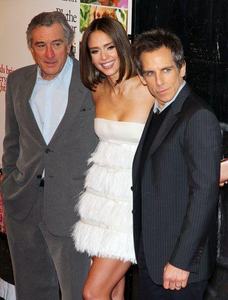 画像: コメディ映画『ミート・ザ・ペアレンツ』シリーズで共演したベンとロバート。写真は2010年のプレミアより。中央は共演者のジェシカ・アルバ。