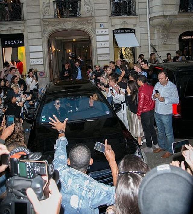画像: 事件の数日前、ファンやパパラッチに車を囲まれ。