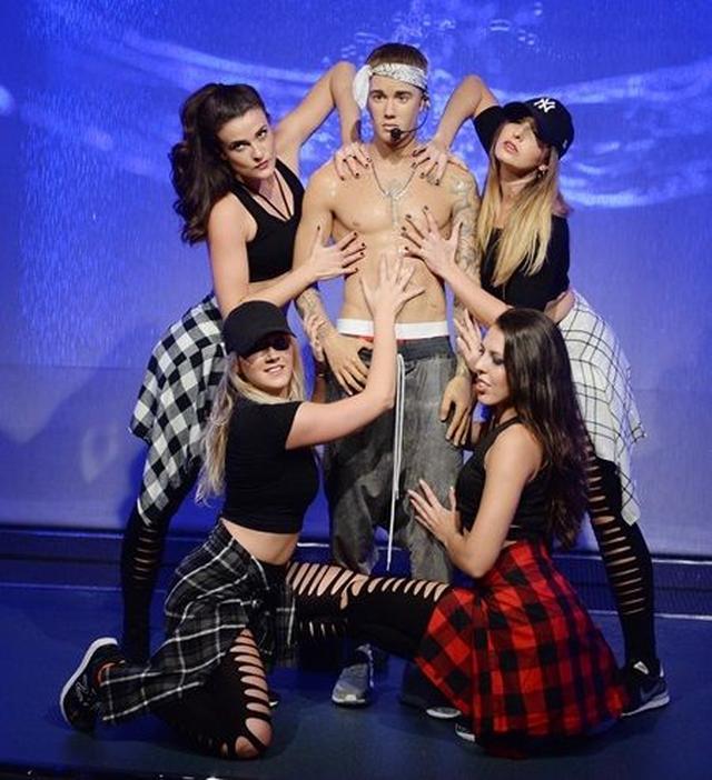 画像: お披露目会でダンサーに囲まれて。