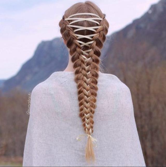 画像: 2本の編み込みヘアをクリーム色の細めサテンリボンで1つに。 Ⓒaurorabraids