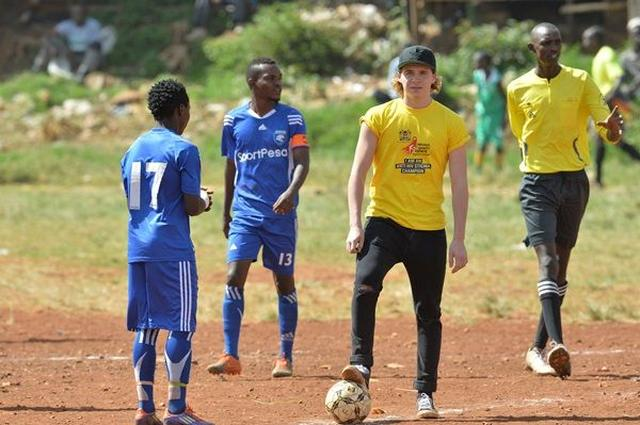 画像: HIVに対する閉鎖的な考えを「蹴散らす」ため、サッカーの試合に参加。