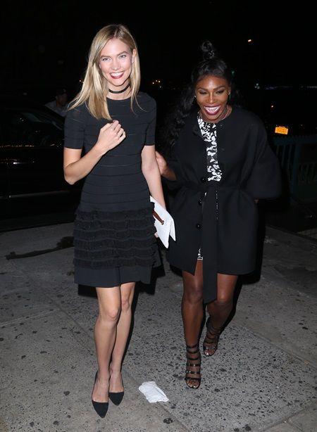 画像: モデルのカーリー・クロス(左)とセリーナが何やら爆笑。この日はほかに、モデルのスキ・ウォーターハウスもいた。