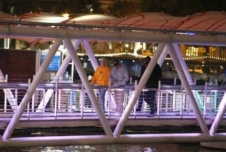 画像: スタッフと一緒にテムズ川を船で移動してレストランへ。
