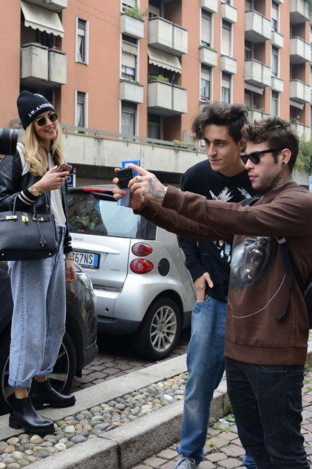 画像: ファンに写真をせがまれるフェデズを嬉しそうに眺めるキアラ。