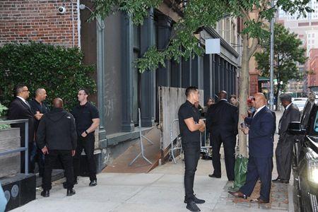 画像: マンション前ではキムのセキュリティスタッフと警察が相談する姿がたびたび目撃されている。
