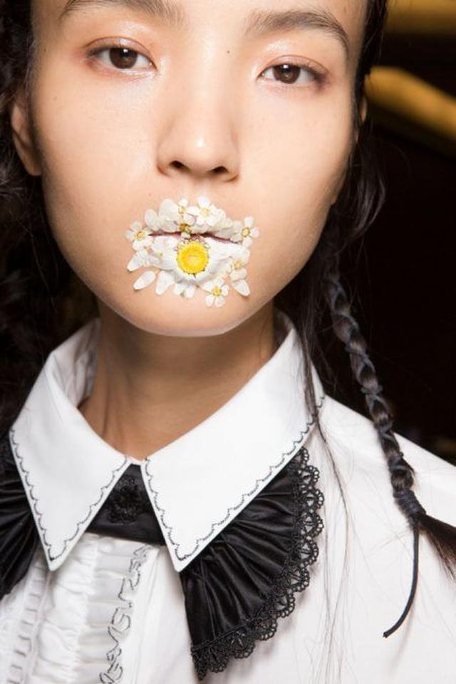 画像7: 日本でもおなじみの「押し花」を取り入れた最新メイクがランウェイに登場して話題に