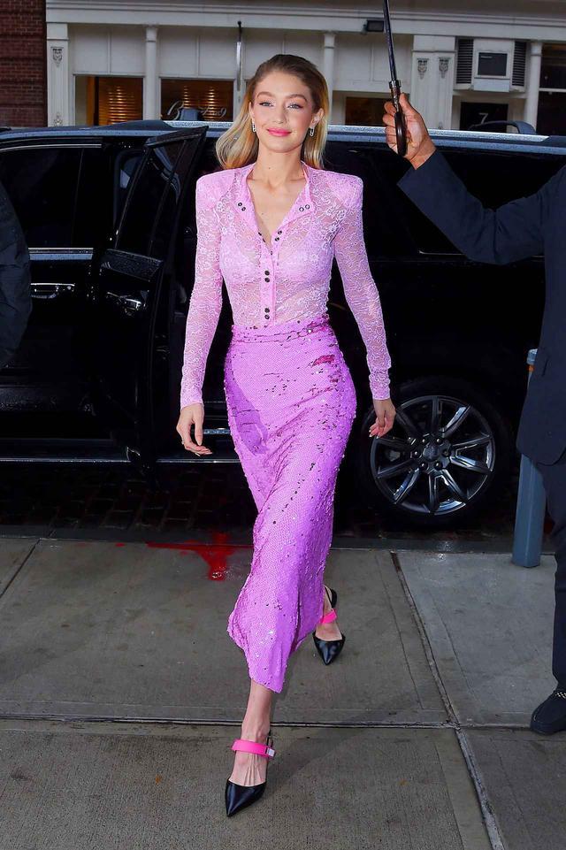 画像1: 人気モデルのジジ・ハディッド、全身ピンクに身を包み幸せオーラ全開