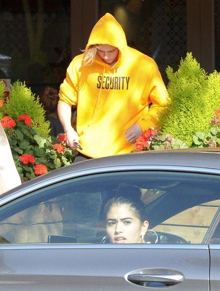 画像: ブルックリンはこの日、ジャスティン・ビーバーのツアーグッズとして販売されているスウェットを着ていた。