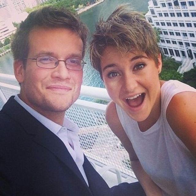 画像: ジョン(左)はシェイリーン(右)が主演した青春映画『きっと、星のせいじゃない。』の原作者。