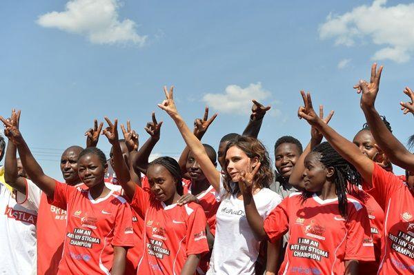 画像: 女子サッカーチームとピースサイン。