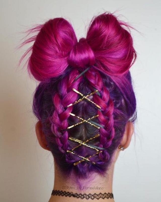 画像: 首の根元からスタートした逆さ編み込みヘアにゴールド&黒サテンの細リボンをダブルで組みこんで。お団子部分はリボン形に。 Ⓒstyles_by_renee_marie