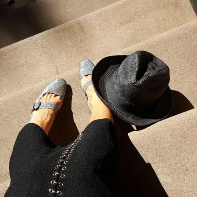 画像: 足の角度を変えたり、帽子の位置を変えてみたりして何枚か取り直していたサラ。真剣なシューティングの甲斐あって、かなりオシャレに仕上がっている!